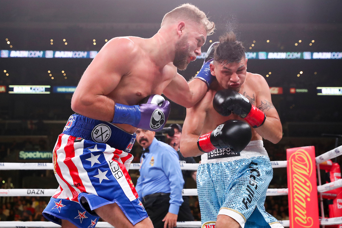 Saunders (left) finally beats Coceres (Ed Mulholland/Matchroom Boxing)