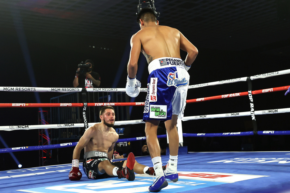 Emanuel Navarrete vs Ruben Villa knockdown (Mikey Williams/Top Rank)
