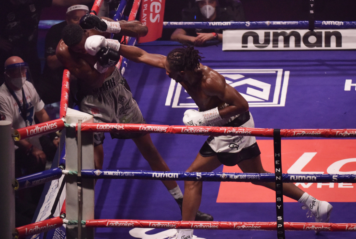 Shakan Pitters vs Craig Richards action (Hennessy Sports)